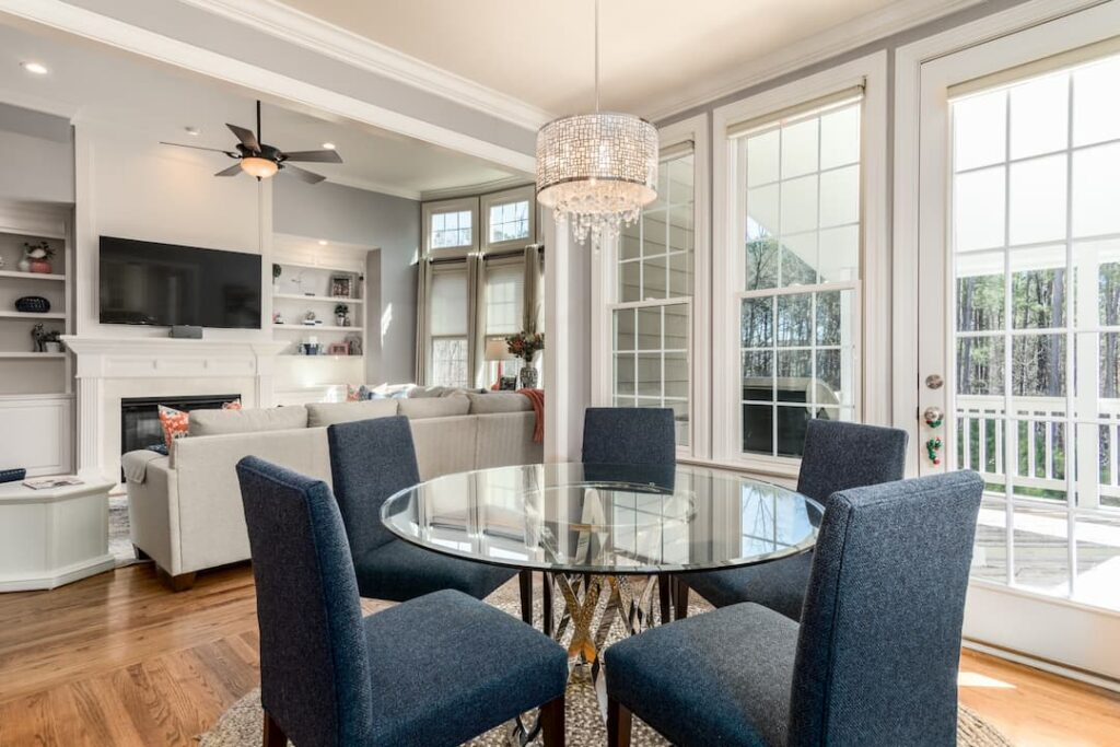Pendant chandelier light above a kitchen dining table